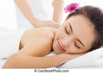 mulher jovem, em, spa, salão, começando massage