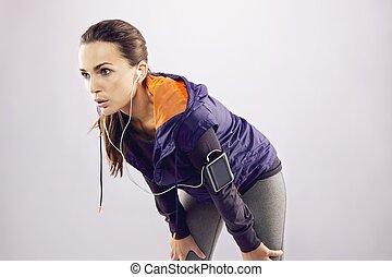 mulher jovem, em, sportswear, relaxante, após, um, sacudida