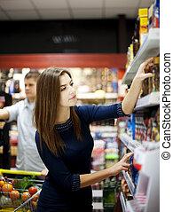 mulher jovem, em, supermercado