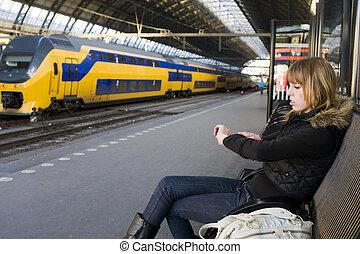 mulher jovem, em, treine estação
