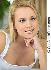 mulher jovem, em, um, colete branco