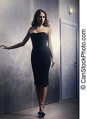 mulher jovem, em, um, escuro, vestido
