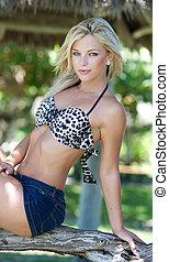 mulher jovem, em, um, swimsuit, top.