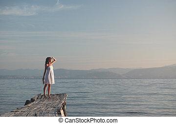 mulher jovem, em, um, vestido branco