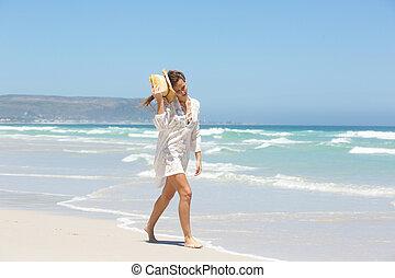 mulher jovem, em, vestido verão, andar, por, a, litoral