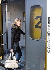 mulher jovem, embarcar, um, trem