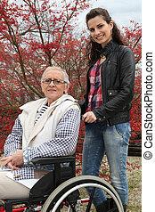 mulher jovem, empurrar, um, idoso, senhora, em, um, cadeira rodas