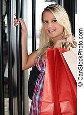 mulher jovem, entrar, em, um, loja