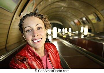 mulher, jovem, escada rolante