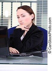 mulher, jovem, escritório