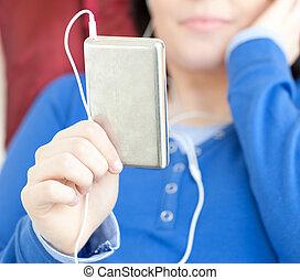 mulher jovem, escutar, música