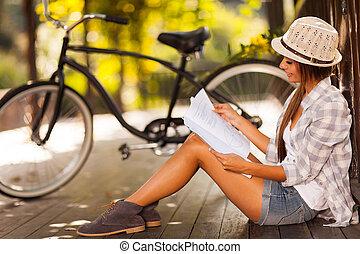 mulher jovem, estudar, em, a, parque