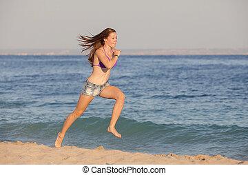 mulher jovem, executando, ligado, praia