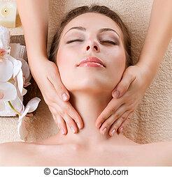 mulher, jovem, facial, começando massage, spa, massage.