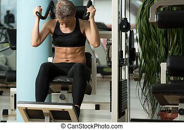 mulher jovem, fazendo, abdominal, excerise
