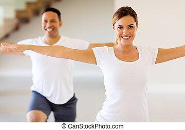 mulher jovem, fazendo, corporal, exercício
