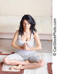 mulher jovem, fazendo, ioga, exercício, ligado, tapete