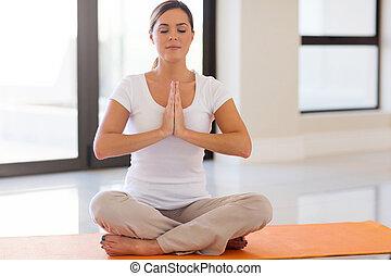 mulher jovem, fazendo, meditação
