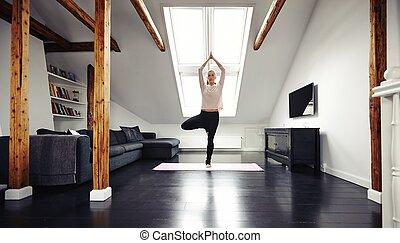 mulher jovem, ficar, em, posição ioga