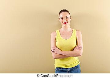 mulher jovem, ficar, frente, parede