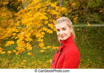 mulher, jovem, floresta, outono, bonito