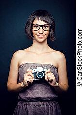 mulher jovem, fotógrafo, com, câmera, em, mão
