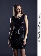 mulher, jovem, glowing, posar, elegante, excitado, vestido
