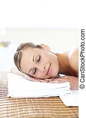 mulher, jovem, glowing, tabela massagem, mentindo