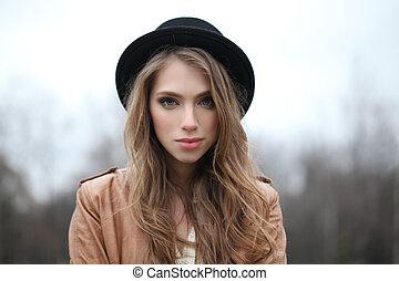 mulher, jovem, hipster, bonito, ao ar livre, retrato, chapéu