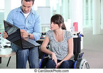 mulher jovem, incapacitado, com, colega trabalho