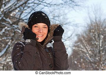 mulher jovem, inverno, floresta
