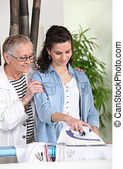 mulher jovem, ironing, para, um, idoso, senhora