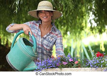 mulher jovem, jardinagem