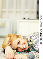mulher, jovem, lar retrato, sorrindo, mentindo, tapete