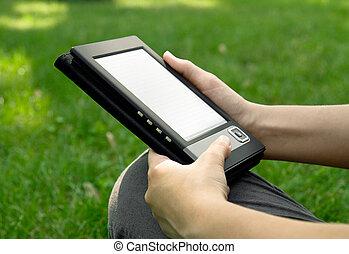 mulher jovem, leitura, ligado, ebook
