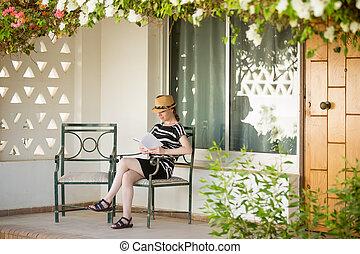 mulher jovem, leitura, ligado, varanda