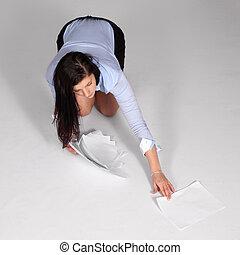 mulher jovem, levantado, caído, documentos