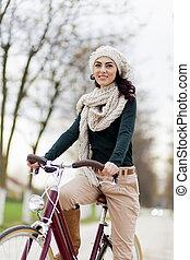 mulher jovem, ligado, a, bicicleta