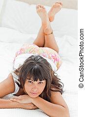 mulher jovem, ligado, dela, cama