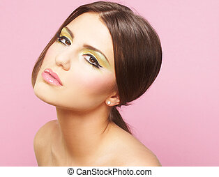 mulher jovem, ligado, fundo cor-de-rosa