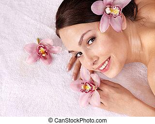 mulher jovem, ligado, tabela massagem, em, beleza, spa.