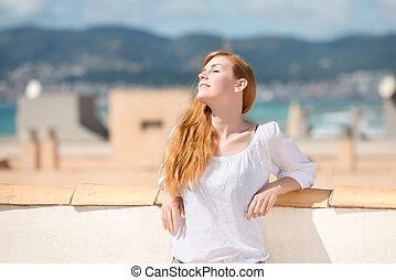 mulher jovem, ligado, um, telhado, terraço