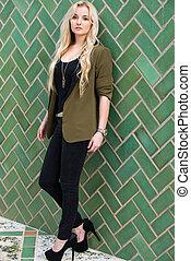 mulher jovem, ligado, verde, azulejo
