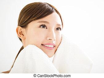 mulher jovem, limpeza, dela, rosto, com, toalha