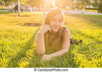 mulher, jovem, luz solar, retrato, capim, mentindo