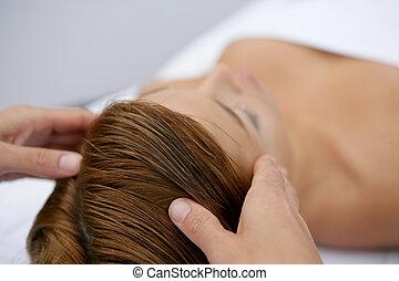 mulher, jovem, massagem, tendo