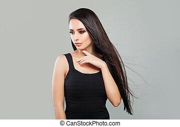 mulher jovem, modelo moda, com, longo, saudável, cabelo, e, natural, maquilagem, ligado, experiência cinza