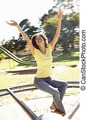 mulher jovem, montando, ligado, rotunda, parque