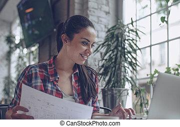 mulher jovem, no trabalho
