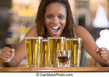 mulher jovem, olhar fixamente, excitedly, em, um, redondo, de, cervejas
